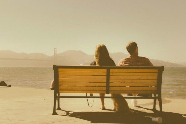 ベンチに座る人と犬