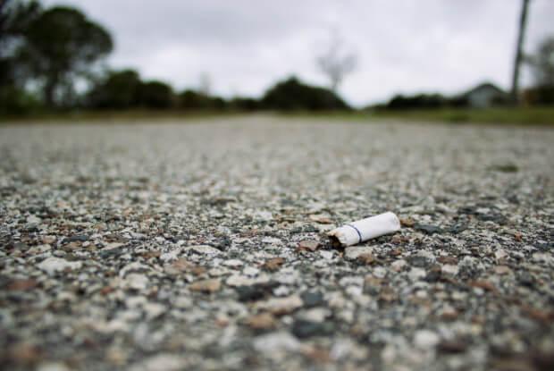 道端に捨てられたタバコの吸い殻
